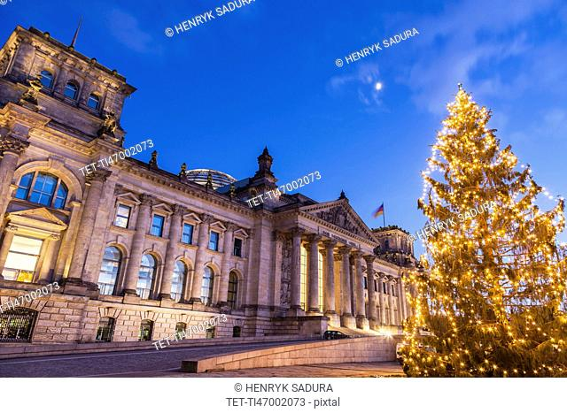 Germany, Berlin, Christmas tree in front of Reichstag