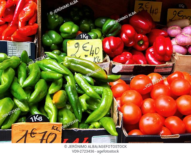 Market, various vegetables, green pepper, red pepper, tomatoes, Marché des Capucins, Bordeaux, Gironde. Aquitaine France Europe