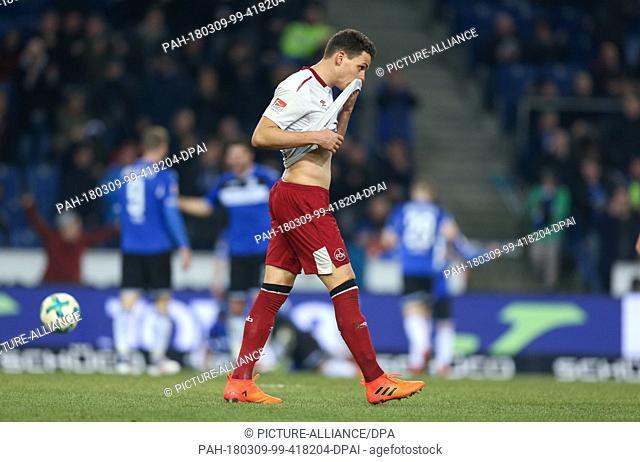 09 March 2018, Germany, Bielefeld: 2nd division Bundesliga, Arminia Bielefeld vs 1. FC Nuremberg, Schueco Arena: Nuremberg's Georg Margreitter (C) looks...