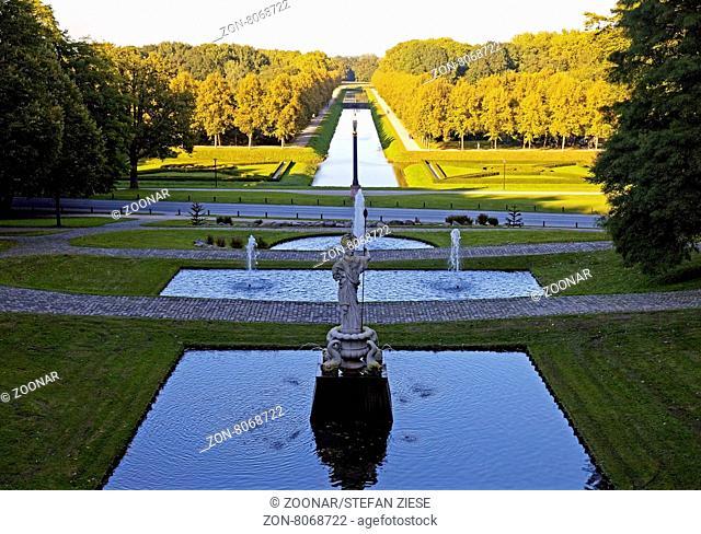 """Neuer Tiergarten mit dem Saeulenstandbild """"Neuer Eiserner Mann"""" und St. Moritz Kanal, Kleve, Niederrhein, Nordrhein-Westfalen, Deutschland, Europa"""