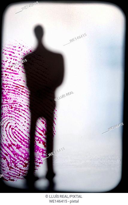 composicion digital de silueta de un hombre ireconocible y de incognito sobre una huella digital de color, silhouette of a unrecognizable and incognito man on...