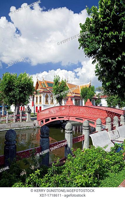 Footbridge across canal, Wat Benchamabophit Marble Temple, Banglamphu, Bangkok, Thailand
