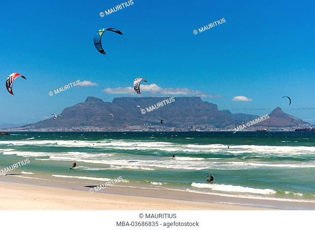 South Africa, Cape Town, Kitesurfer in front the Table Mountain