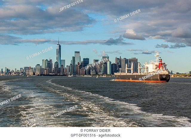 OIL TANKER ENTERING THE PORT OF NEW YORK WITH THE MANHATTAN SKYLINE AND ONE WORLD TRADE CENTER IN THE BACKGROUND, MANHATTAN, NEW YORK CITY, NEW YORK