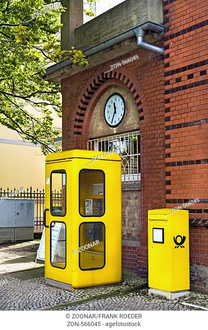 altes Postgebäude mit Telefonzelle und Briefkasten