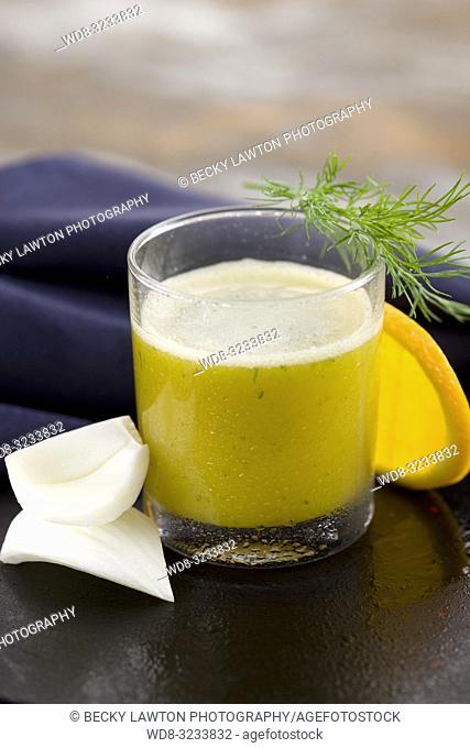 zumo de naranja, hinojo y eneldo fresco. / orange, fennel and fresh dill juice