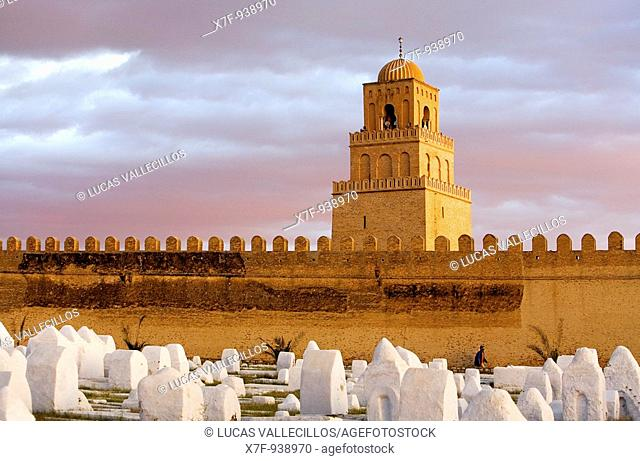 Tunez: Kairouan Cemetery, ramparts of the medina and minaret of the Great Mosque  Mosquee founded by Sidi Uqba in the VIth century is the most ancient place of...