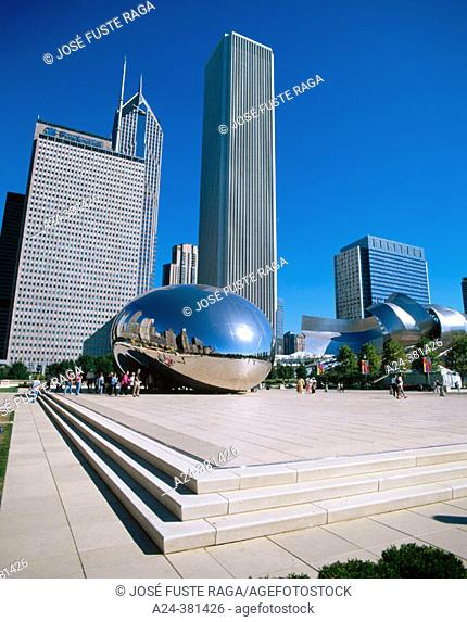 'Cloud Gate', stainless Anish Kapoor sculpture nicknamed 'the Bean' in Millennium Park, Chicago. Illinois, USA