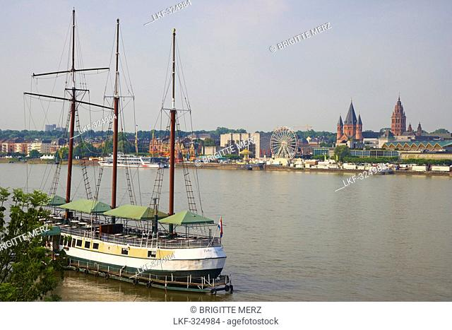 Ship, Dom Cathedral, Rathaus Town-hall, Rheingoldhalle Congress centre, River bank, Mainz, Rhenish Hesse, Rhineland-Palatinate, Germany, Europe
