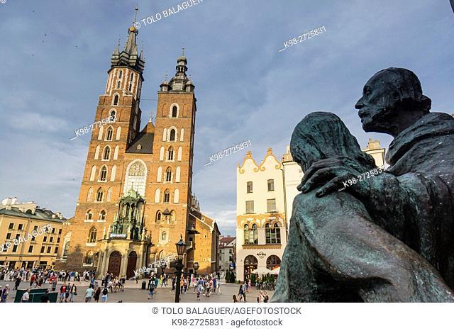monumento a Adam Mickiewicz, 1898. detras las torres góticas de la basílica de Santa María (KoŠ›ciól Mariacki),Rynek Glówny , plaza del mercado, Cracovia