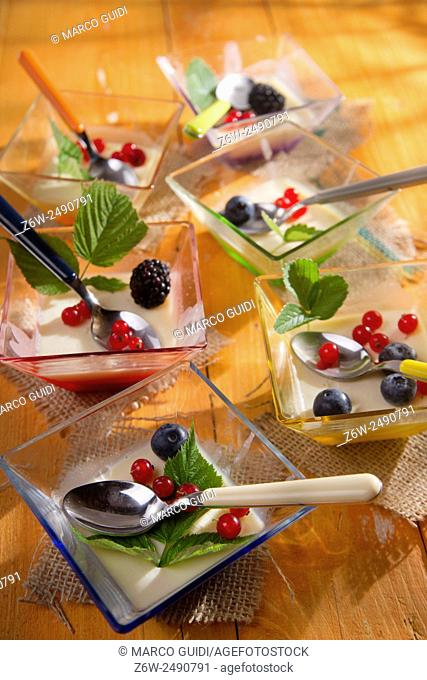 Presentation of cake made with cream and berries