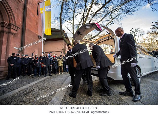21 March 2018, Germany, Mainz: The body of the former bishop of Mainz Cardinal Karl Lehmann is being carried inside the Mainz Cathedral