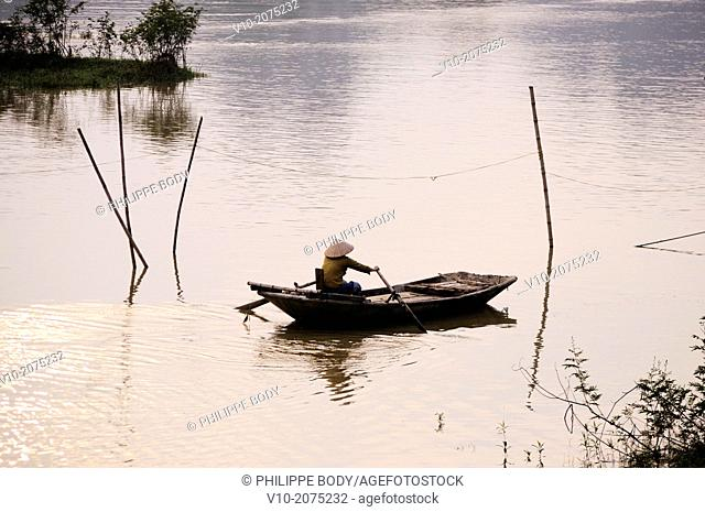 Vietnam, Ha Long bay on land, Ken Ga, boatman around Hoa Lu