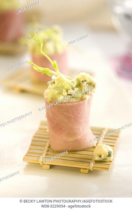 Pincho de jamon de york relleno de aguacate y queso roquefort