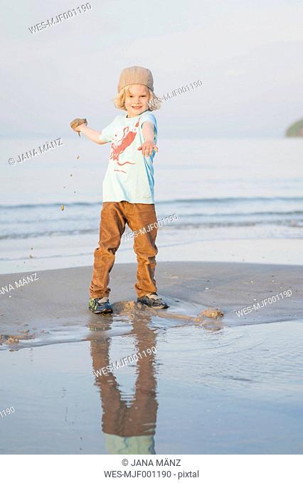 Germany, Mecklenburg-Western Pomerania, Ruegen, Boy at the ocean