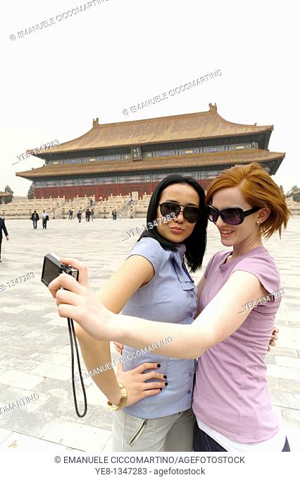 Tourists taking their own photograph in front of the Hall for Worship Of Ancestors, The Forbidden City, Beijing, China, Asia  MR