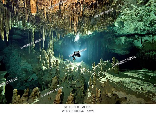 Mexico, Yucatan, Tulum, Cave diver in the system Dos Ojos