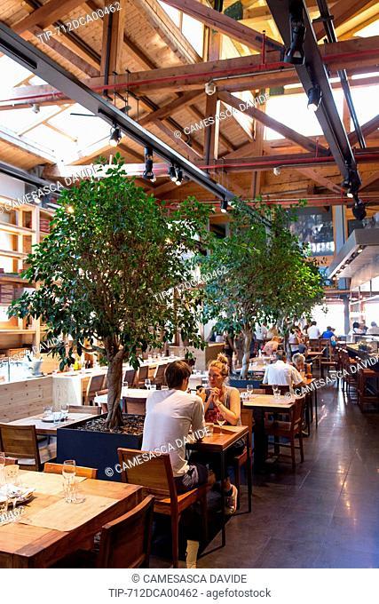 Spain, Catalonia, Barcelona, Santa Caterina market, Couple having lunch at the Cuines Santa Caterina restaurant