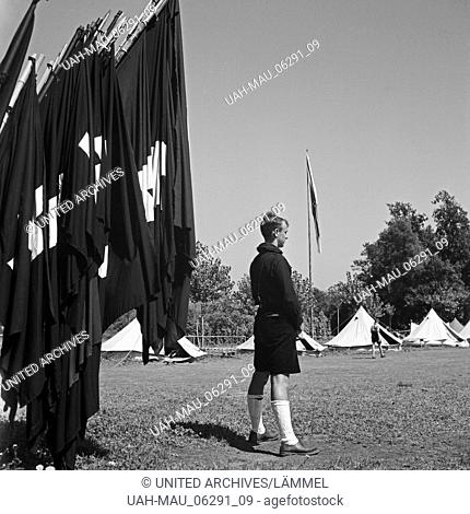 """Der Kameradschaftsführer (?) steht zur Befehlsgebung """"""""Antreten"""""""" bereit im Hitlerjugend Lager, Österreich 1930er Jahre. The Hitler youth sergeant will give the..."""