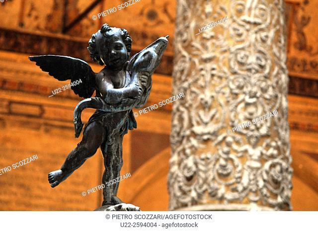 Firenze, Italy, statuette and column in the first courtyard of Palazzo Vecchio, Palazzo della Signoria...
