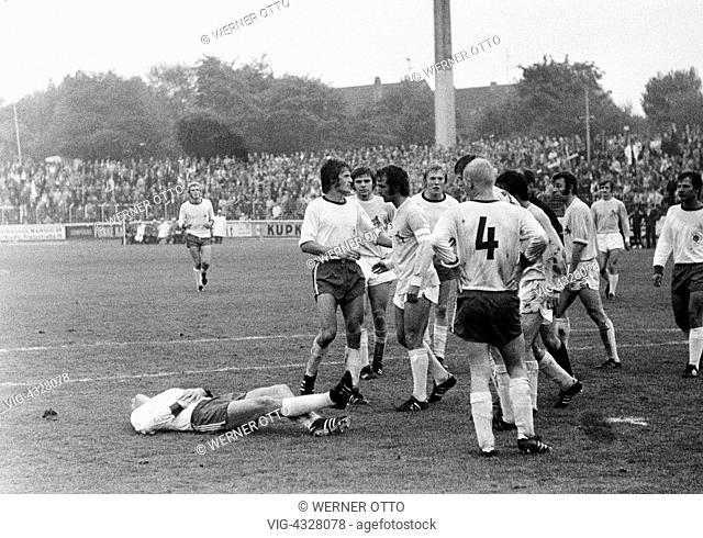 Fussball, Bundesliga, Saison 1971/1972, Rot-Weiss Oberhausen gegen 1. FC Koeln 1:1, Niederrheinstadion Oberhausen, verletzter Oberhausener Spieler am Boden