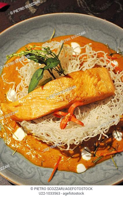 Chiang Saen (Thailand): Panang salmon in coconut milk and red curry with crispy glass noodles at the Anantara Resort & Spa Golden Triangle