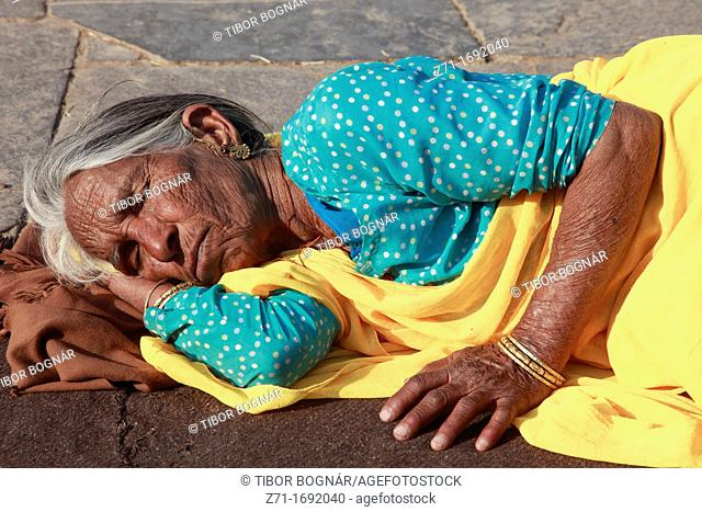 India, Rajasthan, Chittorgarh, old woman sleeping