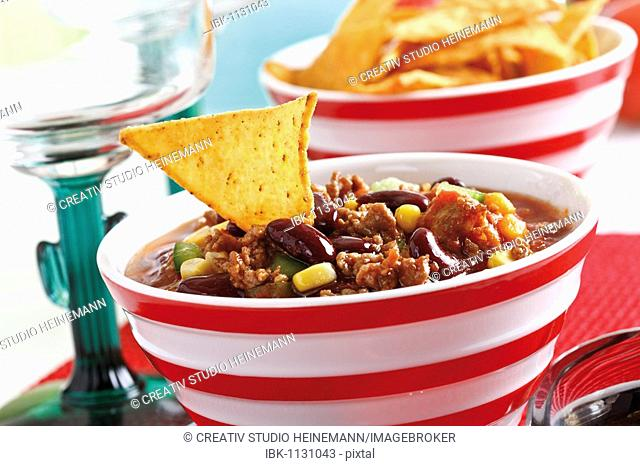 Chili con carne, minced meat, kidney beans, corn, bell pepper, chili and a tortilla chip