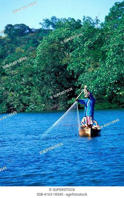 GUATEMALA, RIO DULCE, RAIN FOREST, LOCAL FISHERMAN IN CANOE
