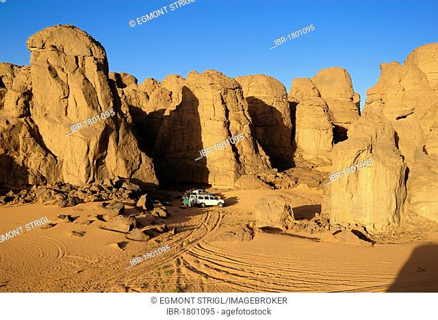 Camp in the rocky desert landscape at El Ghessour, Tassili du Hoggar, Wilaya Tamanrasset, Algeria, Sahara, North Africa
