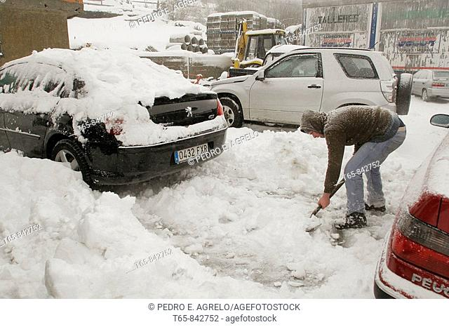 A boy pulls the snow using a shovel to get out with his car in the village of Lugo in Piedrafita do Cebreiro date: 06:02:2009 photo: © Peter Agrelo