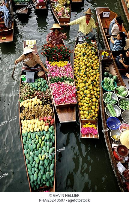 Market traders in boats selling flowers and fruit, Damnoen Saduak floating market, Bangkok, Thailand, Southeast Asia, Asia