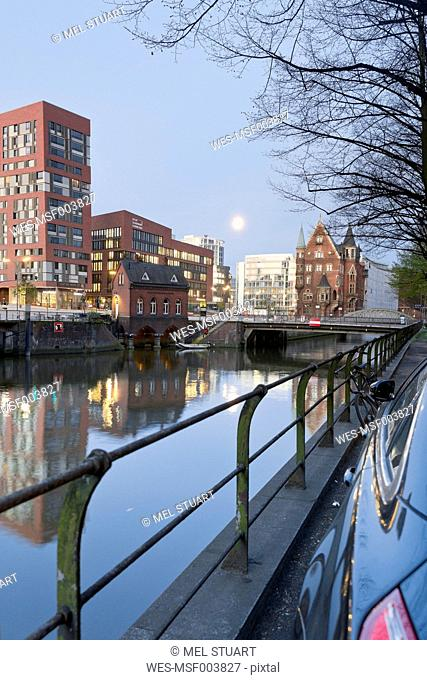 Germany, Hamburg, Old and new buildings in Speicherstadt and Hafencity