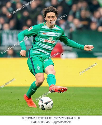 Thomas Delaney of Bremen plays the ball during the German Bundesliga soccer match between SV Werder Bremen and Borussia Moenchengladbach at the Weserstadiumin...