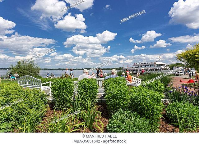 Park benches, Spa guests, waterfront, health resort park, pier, cruise vessel 'MS Bad Zwischenahn', Bad Zwischenahn, Ammerland, Lower Saxony, Germany