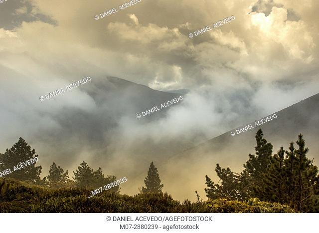 La Demanda mountains range peaks, Rioja Wine and Nature region, La Rioja, Spain