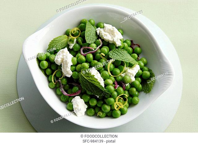 Lukewarm pea salad with ricotta and mint