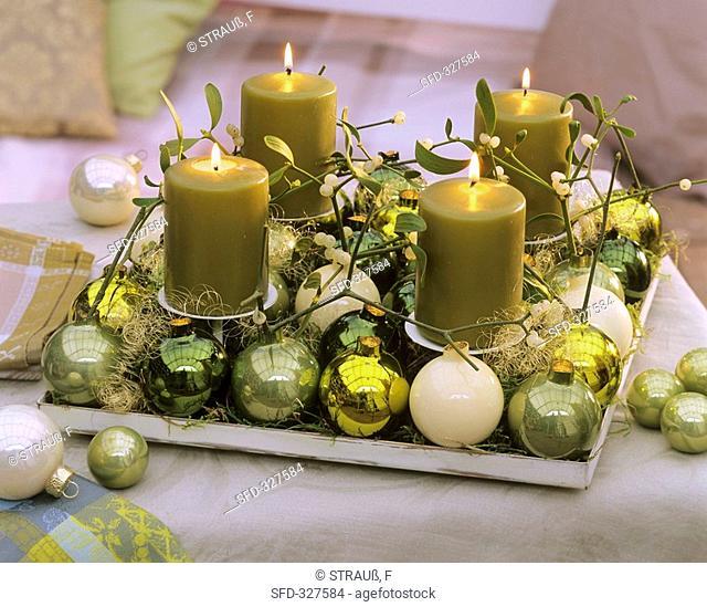 Advent arrangement: mistletoe, Christmas baubles, angel hair tinsel