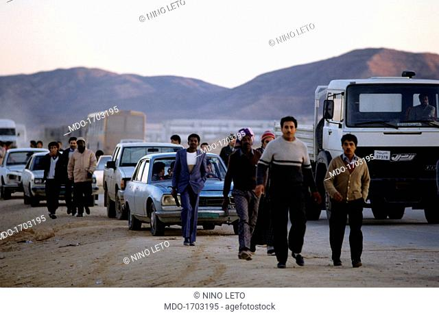 Men marching in the desert. Some Libyans heading toward the chemical factory of Rabta; they are part of the entourage which is on its way to support Colonel...