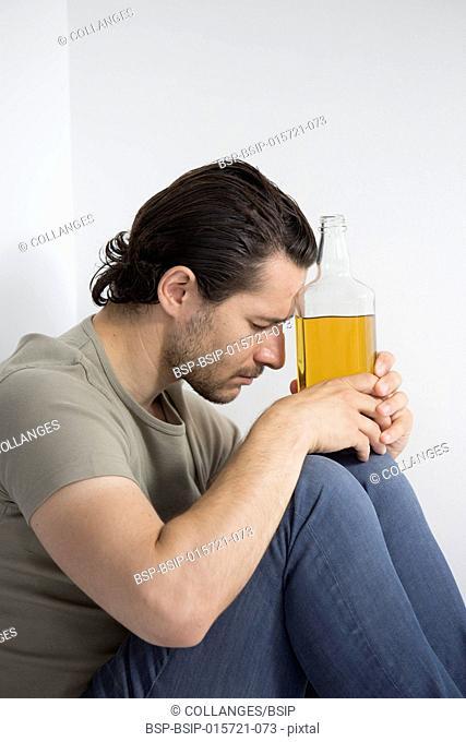Homme avec une bouteille d'alcool
