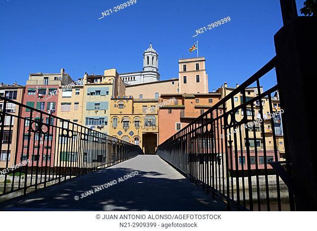 Pont d'en Gomez, a pedestrian bridge over the Onyar River. City of Girona, Catalonia, Spain, Europe