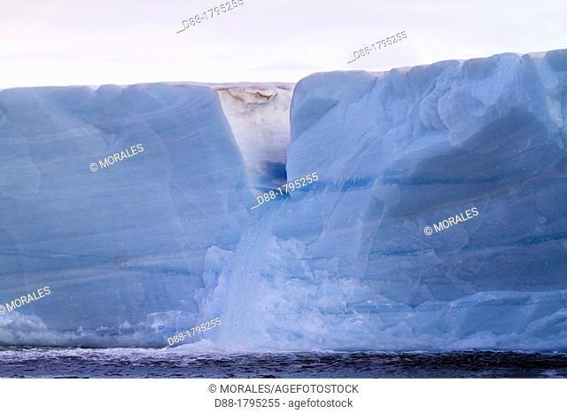 Norway, Svalbard, Spitsbergen, Nordaustlandet , Brasvell's glacier , the ice melt , rivers and fountains flowing water