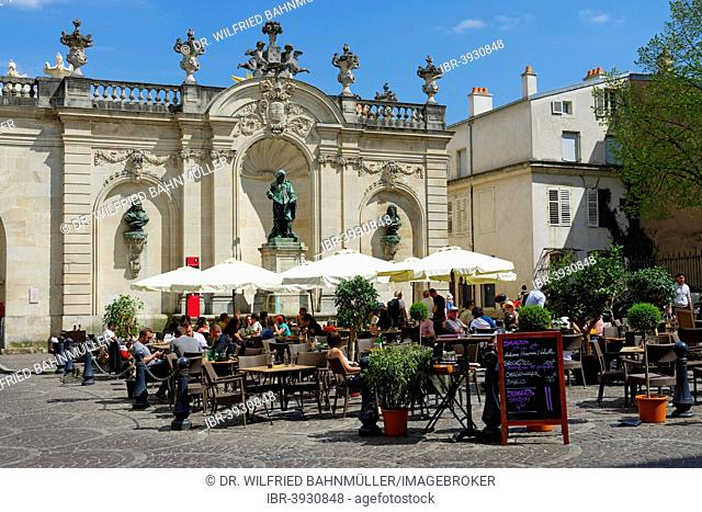 Café, Arc Héré triumphal arch, Place Stanislas, UNESCO World Heritage Site, Nancy, Meuse department, France