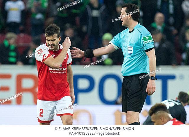 Giulio DONATI (li., MZ) ist wuetend auf referee Manuel GRAEFE (Gr-fe), w-tend, Wut, halbe Figur, Halbfigur, gesture, gesture, disappointed, entt-uscht