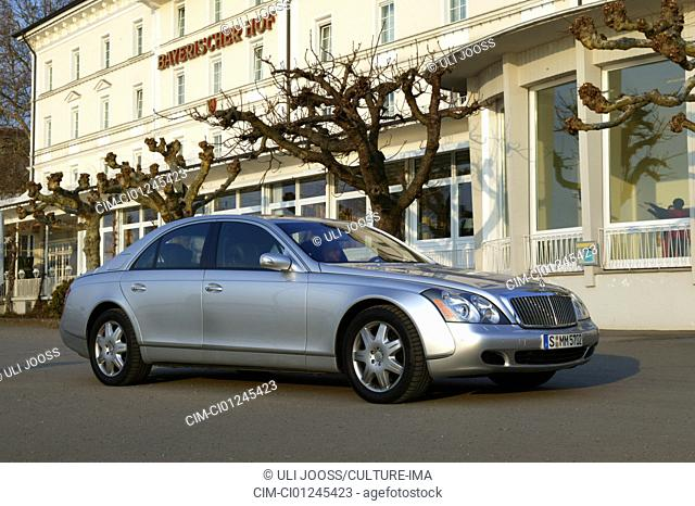 Car, Mercedes Maybach 62, Luxury approx.s, Limousine, model year 2002-, standing, upholding, diagonal from the front, frontal view, side view, City
