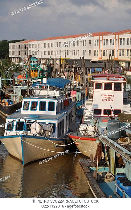 Mersing (Malaysia): fishing boats along the Suungal Mersing canal