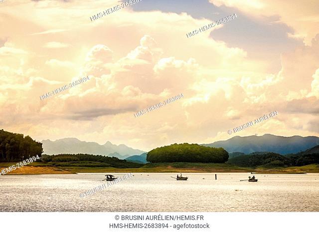 Vietnam, Yen Binh province, fishermen on Thac Ba Lake