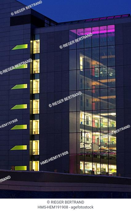 Irland, County Dublin, Dublin, new office buildings on North Wall Quay in the rehabilitated docks, Liffey river