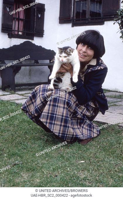 """Die deutsche Schauspielerin Barbara Rütting mit Kater Fettucini, Deutschland 1970er Jahre. German actress Barbara Ruetting with her cat """"""""Fettucini"""""""""""