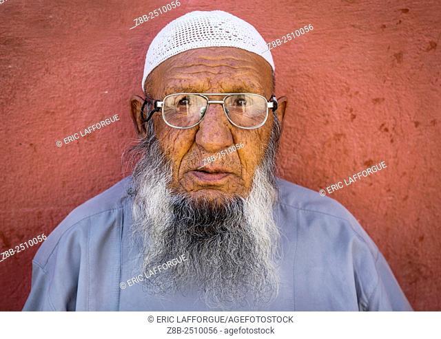Iran, Fars Province, Shiraz, elderly shiite man